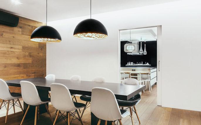 lampade sospensione su tavolo