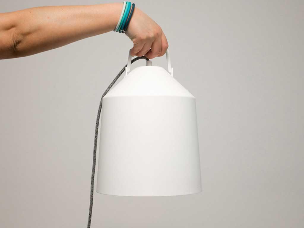 mano che tiene lampada design