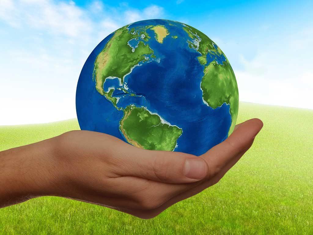 mano che tiene pianeta terra