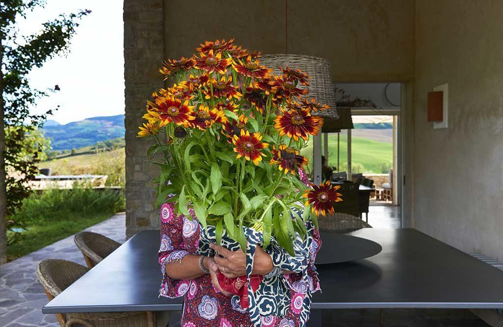 mazzo fiori grande mano donna