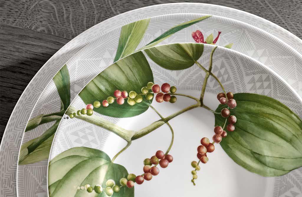 piatto bianco decoro geometrico e pianta