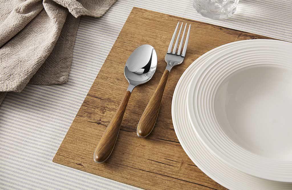 piatto bianco posate manici legno