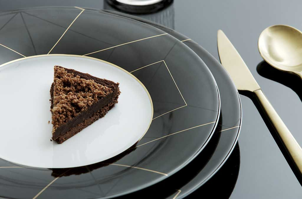 piatto nero bordo oro geometria