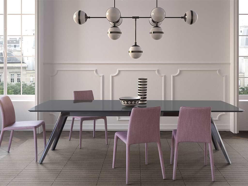 tavolo rettangolare grigio e sedie rosa