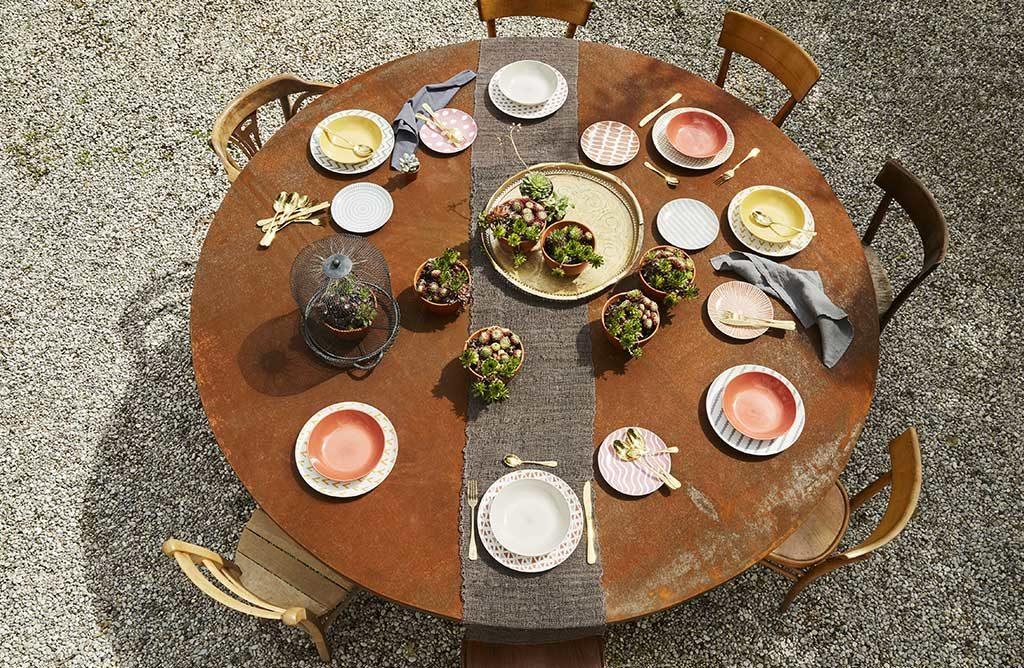 tavolo tondo piatti decorati