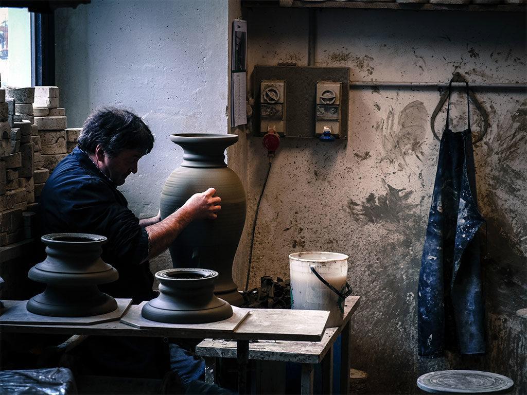 bottega artigiana ceramica vaso tornio