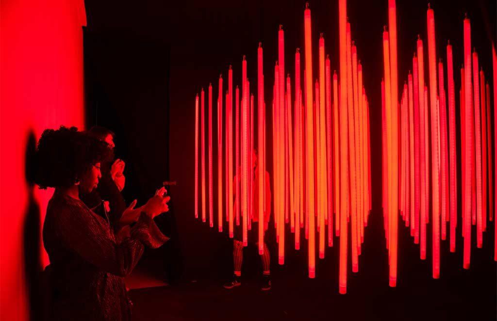 installazione luminosa arte rosso