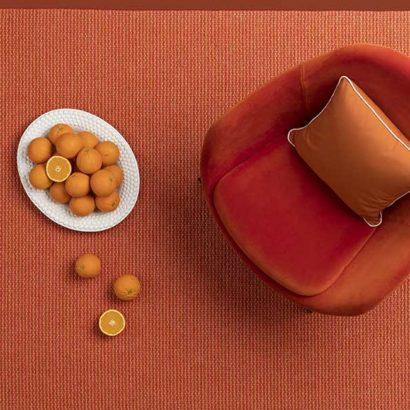 poltroncina rossa tappeto arance