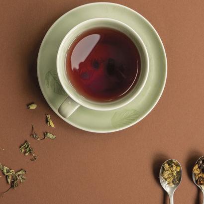 tazza te e foglie cucchiaini