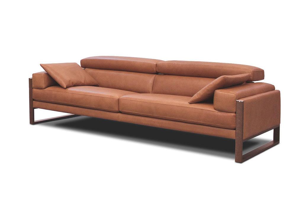 divano pelle marrone telaio legno scuro