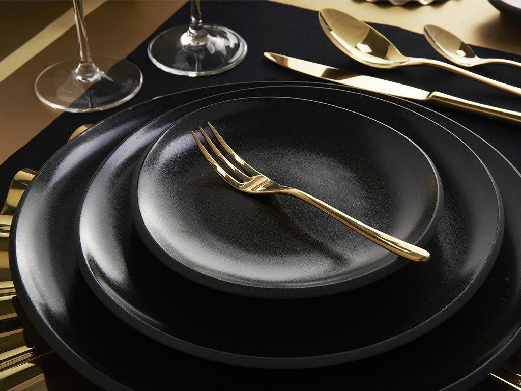 forchetta oro piatto nero