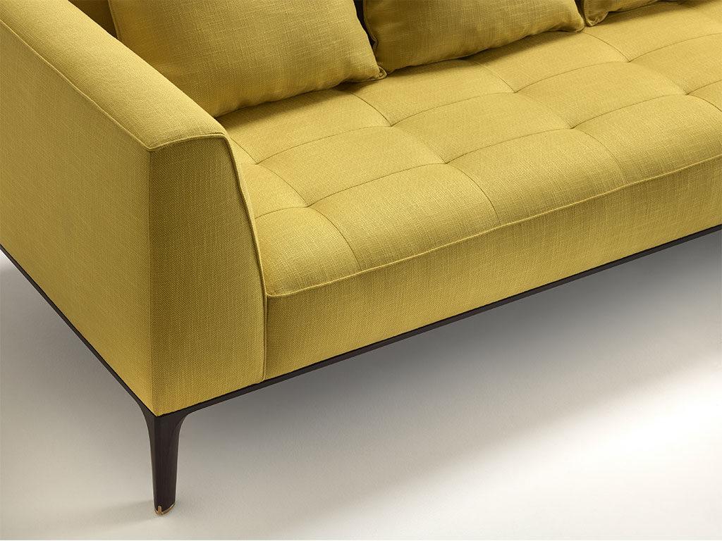 particolare tessuto divano color senape