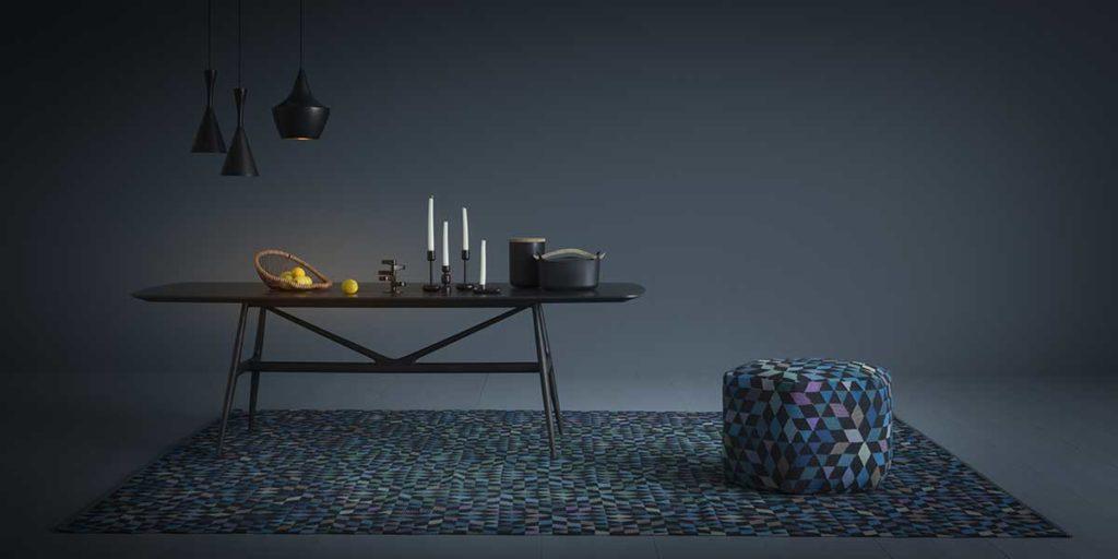 tappeto pouf geometrico tavolo lampade sospese