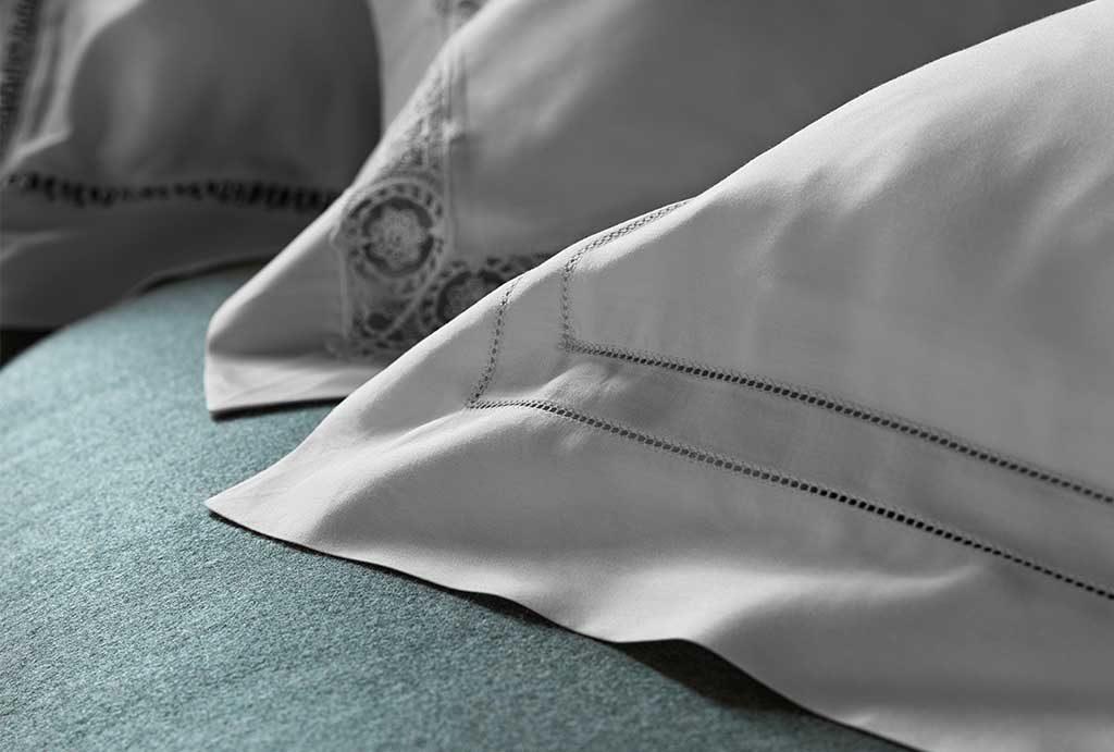 dettaglio ricamo cuscini letto