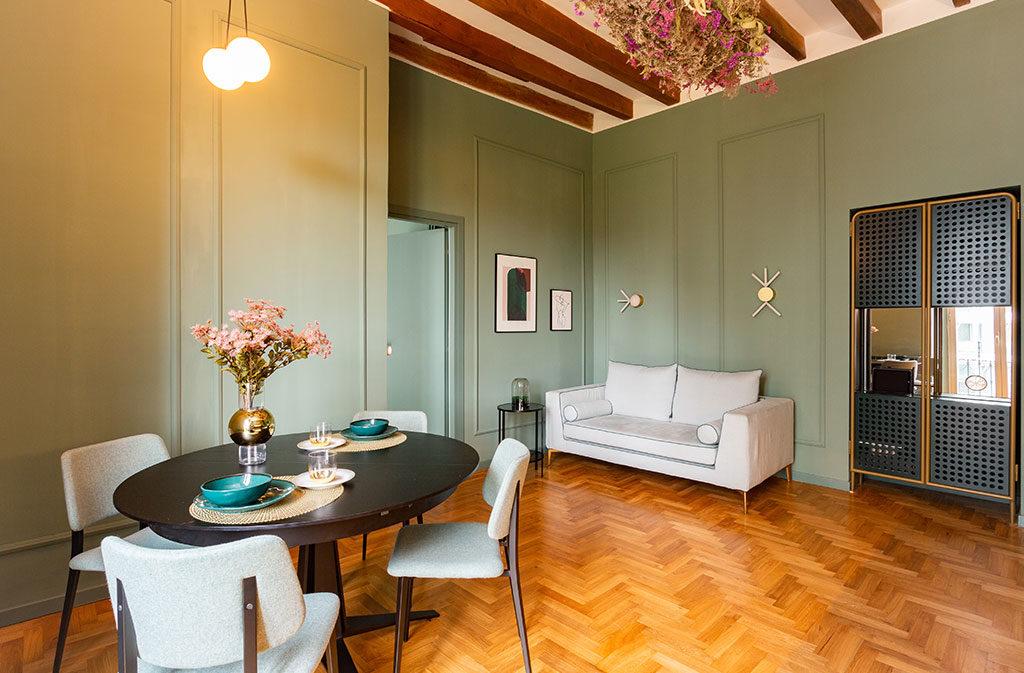 soggiorno con tavolo e divano design