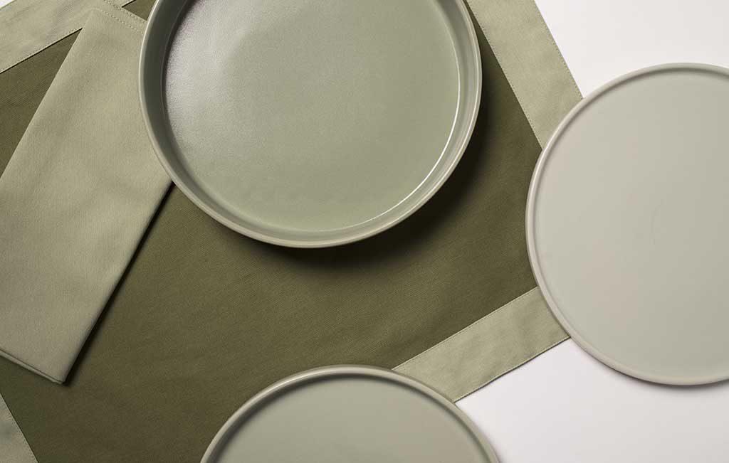 tovaglietta verde e piatti tondi