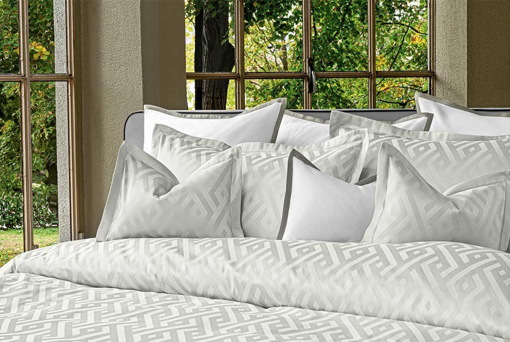 biancheria letto bianco grigio chiaro