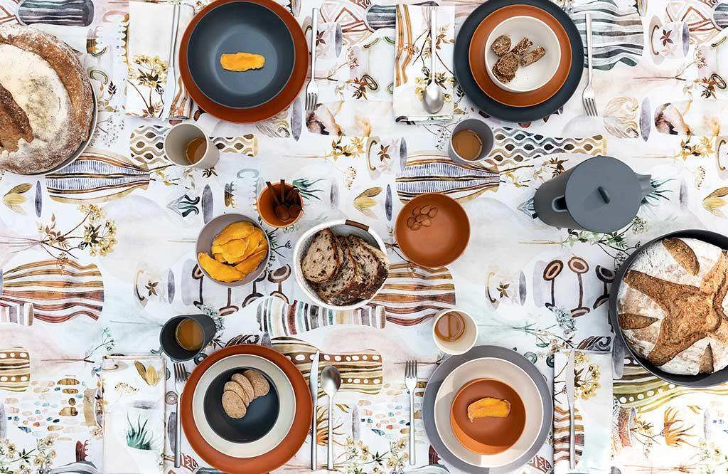 piatti color terra tavola primavera