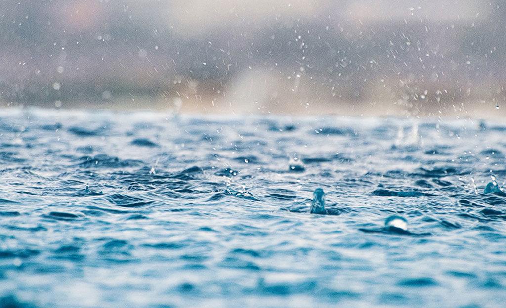 pioggia su lago