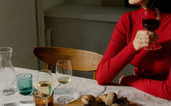 tavola bicchieri calice vino rosso donna caraffa
