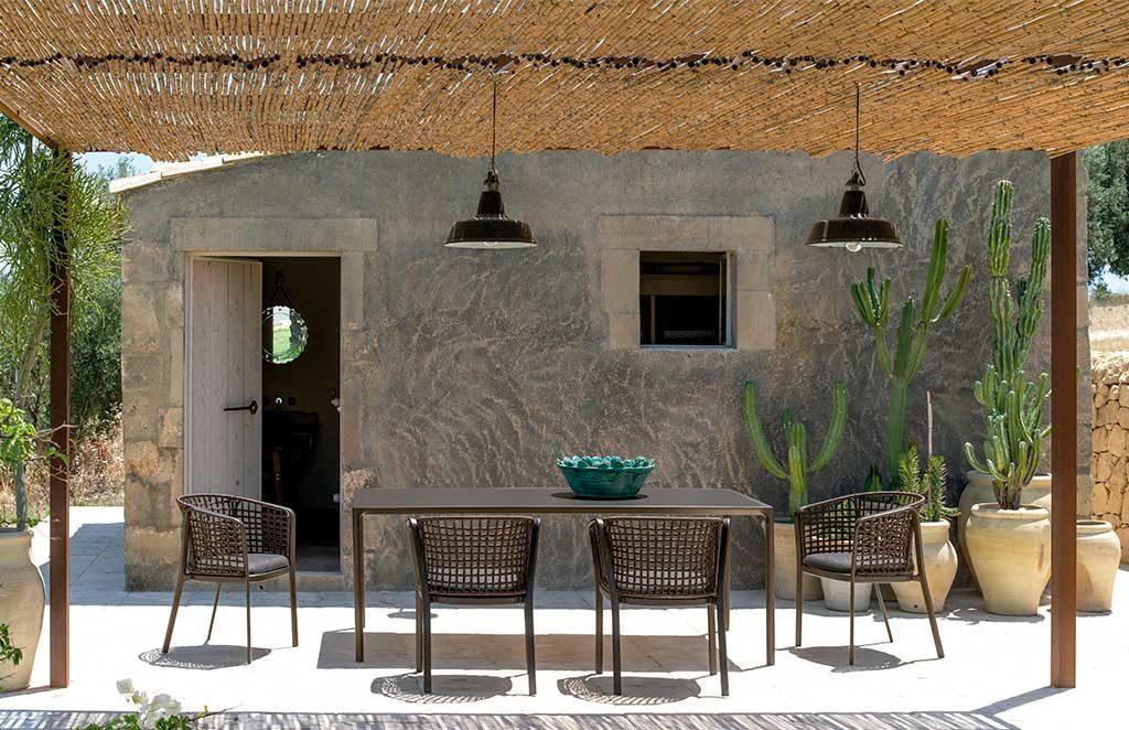 tavolo e sedie esterno marrone