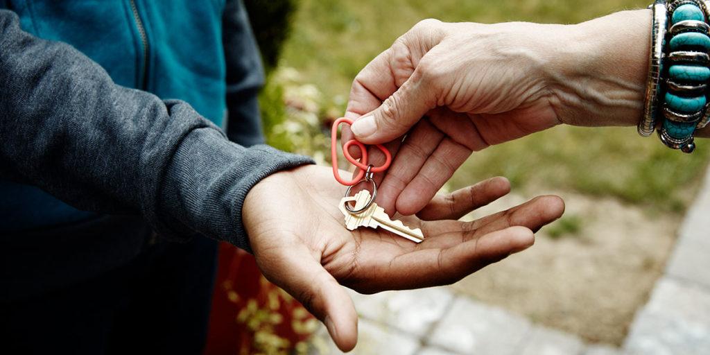chiave casa palmo mano consegna