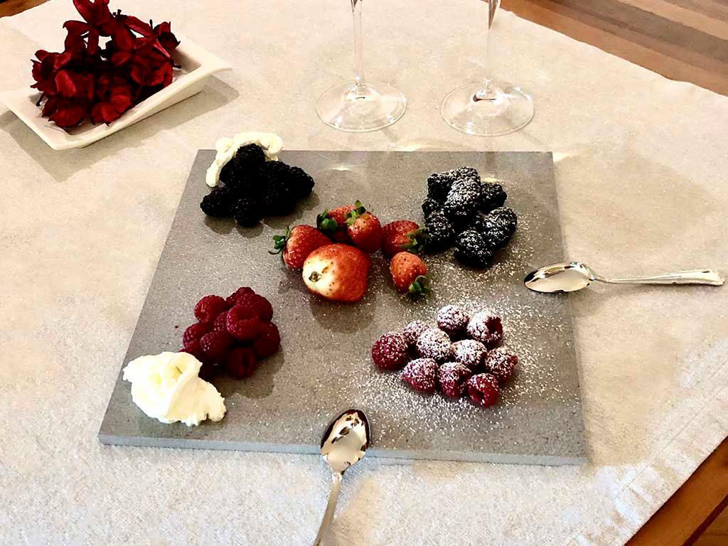 dessert frutti bosco servito su piastrella pietra
