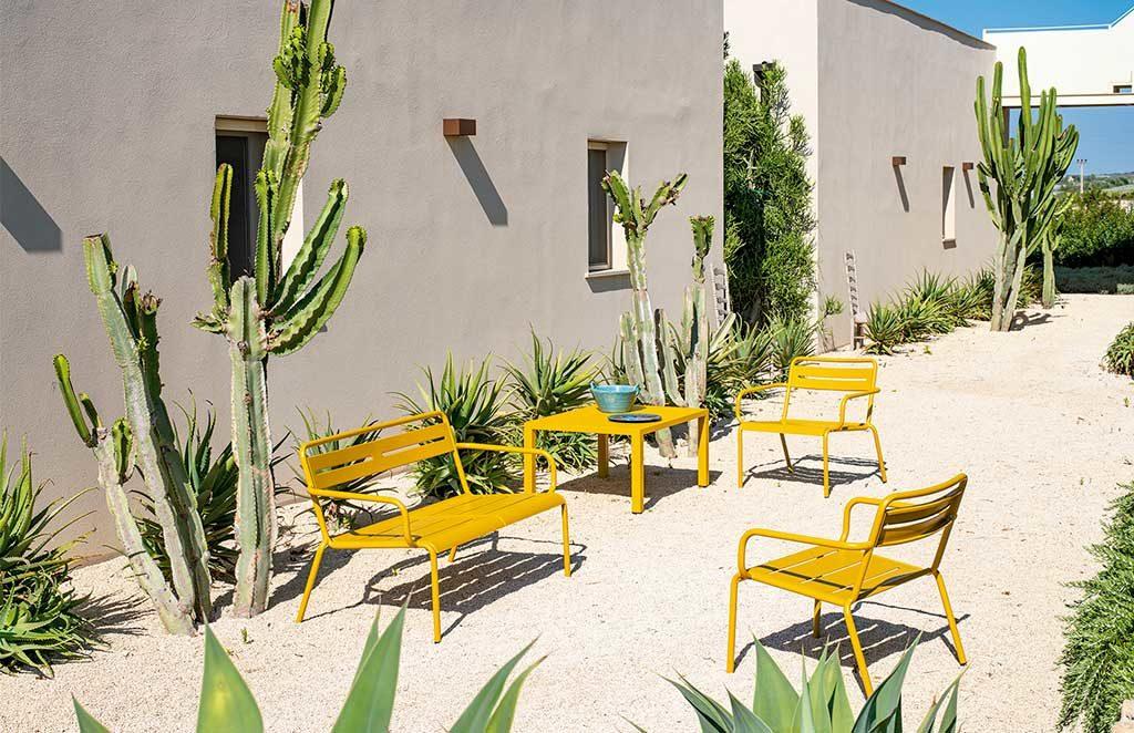 sedie divanetto e tavolino color senape