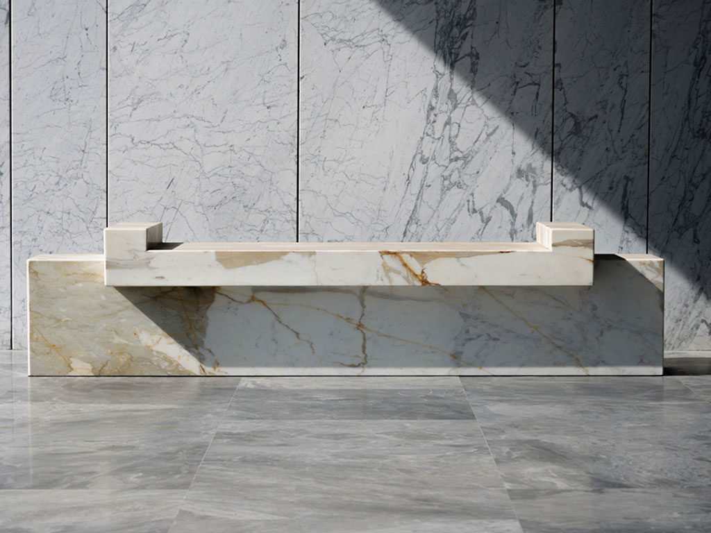 panca in marmo con ricarica wireless