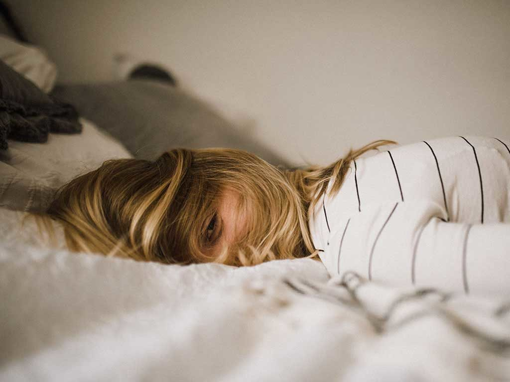 ragazza sdraiata letto