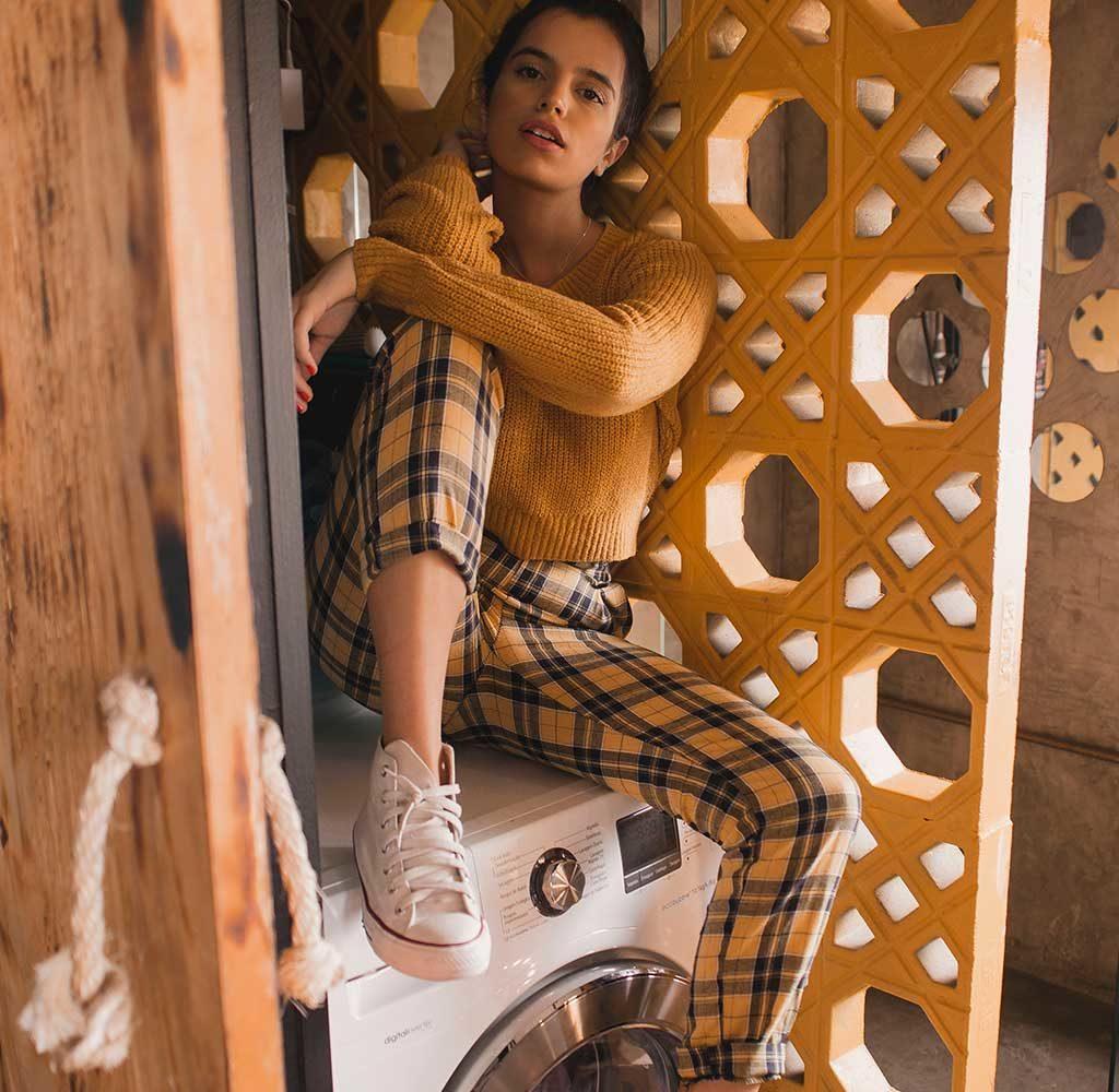 ragazza seduta lavatrice