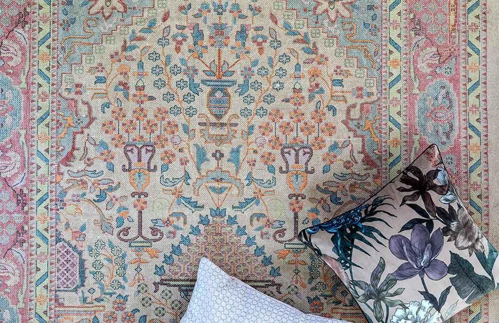 tappeto con cuscini sopra