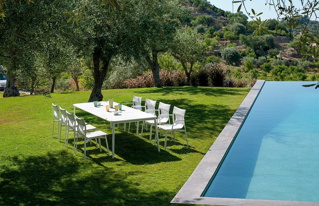 tavolo e sedie a bordo piscina