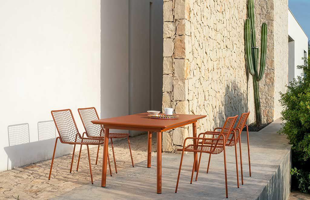 tavolo rosso e sedie esterno