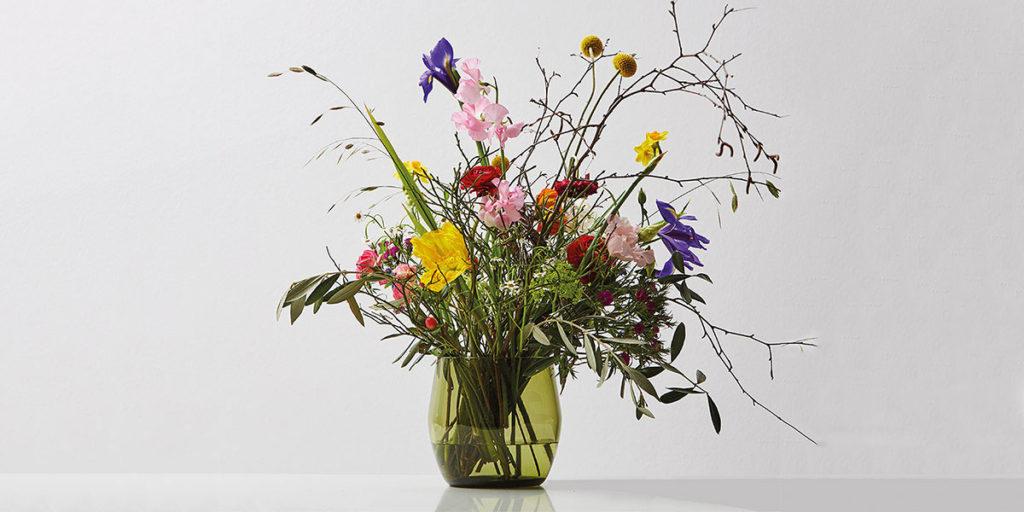 vaso con fiori freschi dentro