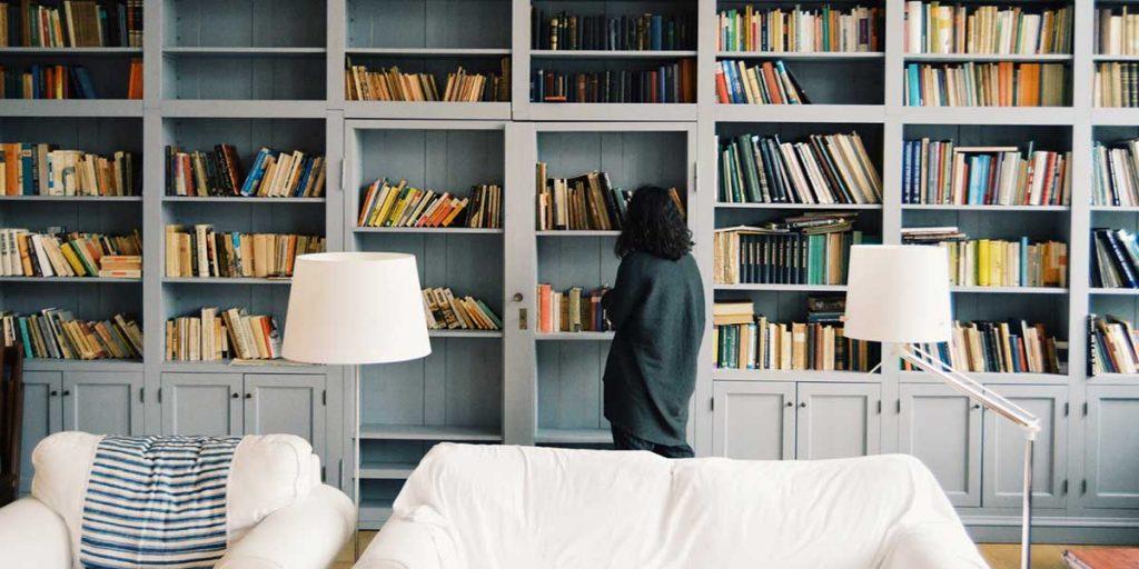 donna che sceglie libro