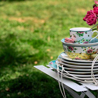servizio piatti pasqua su sedia giardino