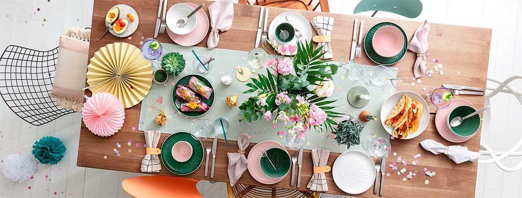 tavola apparecchiata vista alto fiori