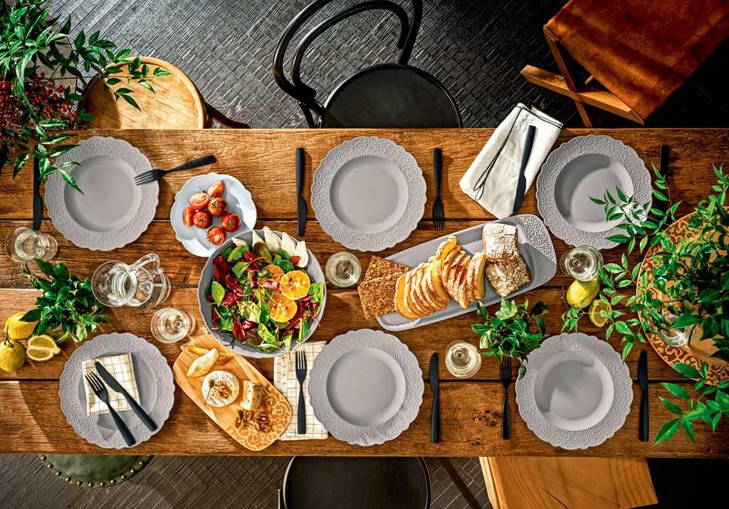 tavolo legno piatti ceramica bianco