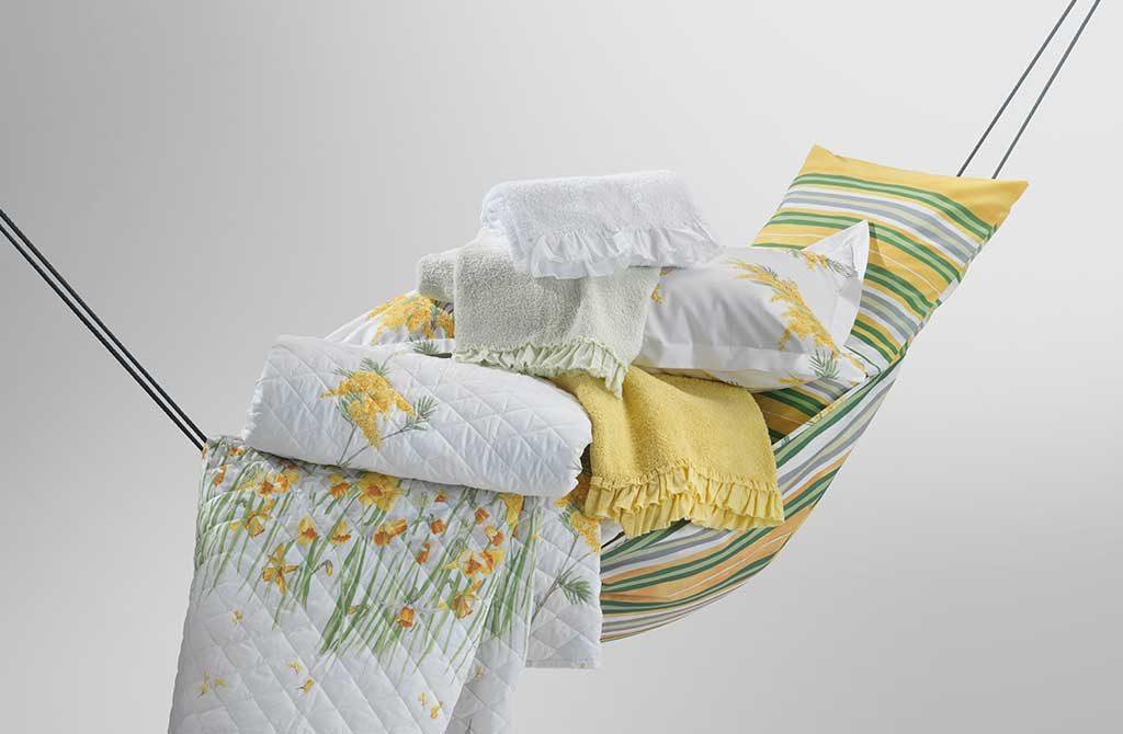 amaca tessuto con sopra cuscini e coperte