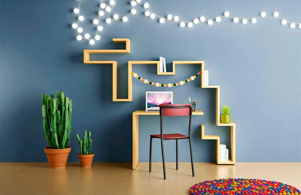 scrivania e mensole parete colorate