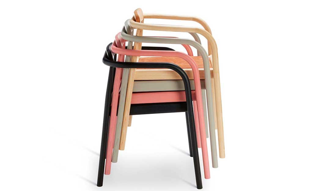 sedie legno impilate