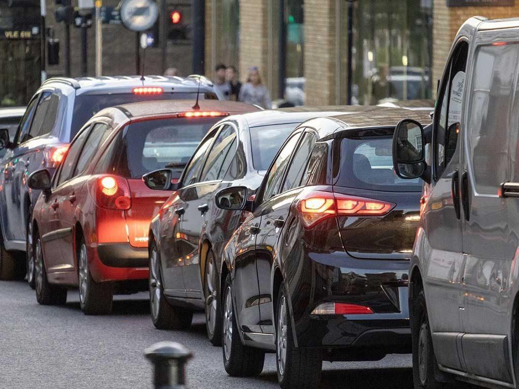 auto in fila citta traffico
