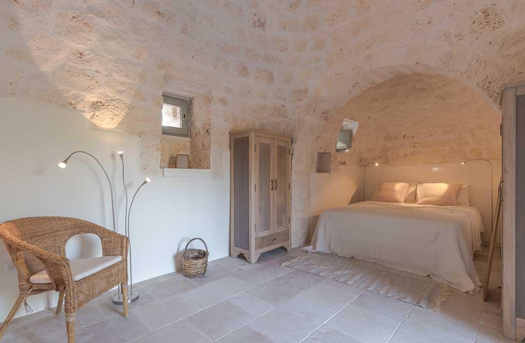 camera letto trullo pietra
