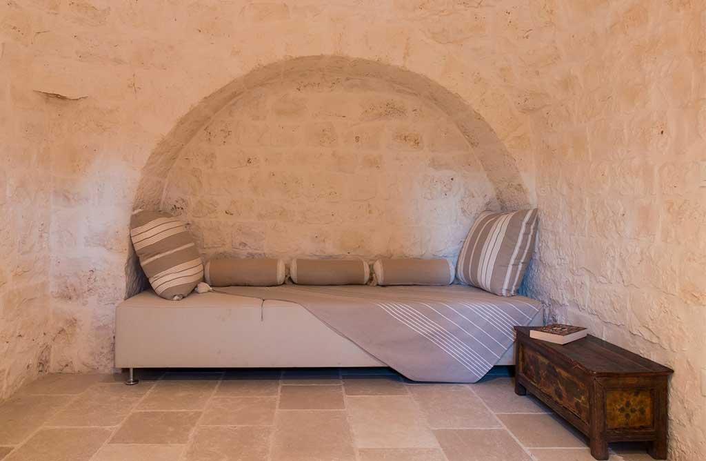 divano nicchia pietra trullo