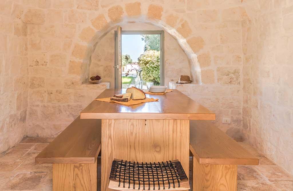 tavolo in legno con panche