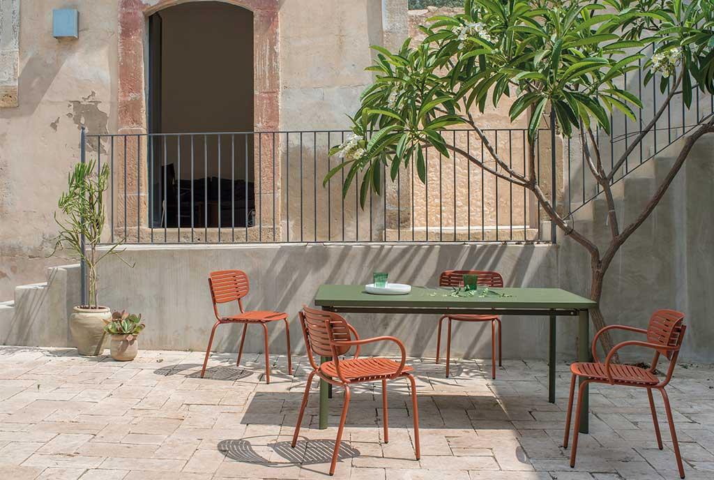 tavolo rettangolare e sedie rosse