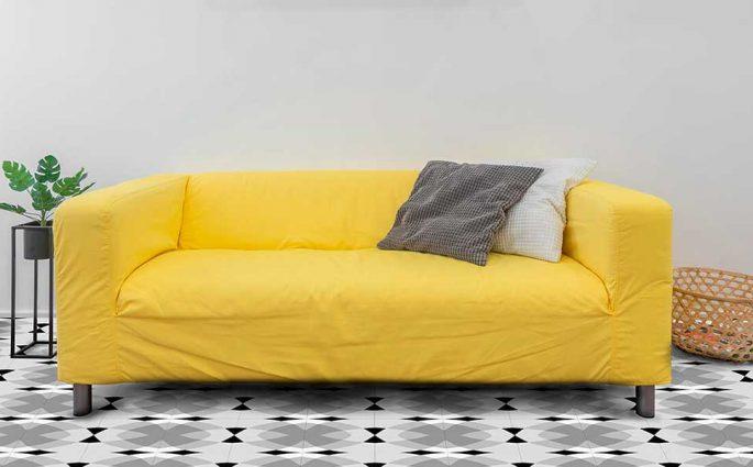divano giallo salotto piastrelle