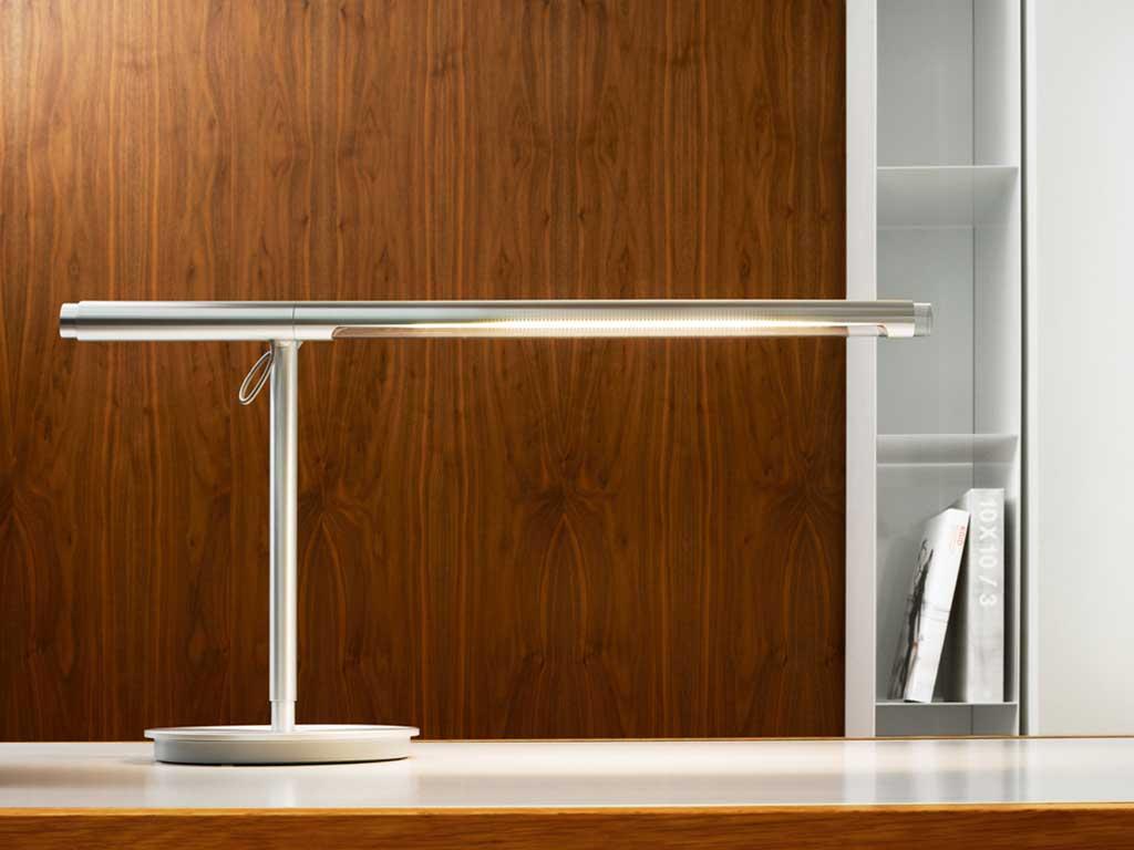 lampada tavolo alluminio orientabile