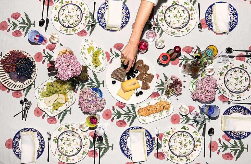 tavola apparecchiata piatti decoro floreale